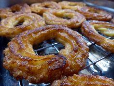 Rosquillas de San Froilán. ¿Has probado las rosquillas de San Froilán? Pues son una maravilla y se hacen en un momento!! #rosquillas #lacocinadelila Donut Decorations, Onion Rings, Doughnuts, Tapas, Deserts, Rolls, Food And Drink, Bread, Cookies