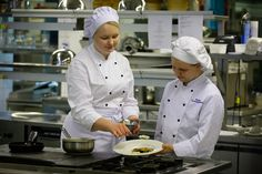 Kokki hallitsee ruokien esillelaiton niin suurille asiakasmäärille kuin myös yksittäisinä annoksina.
