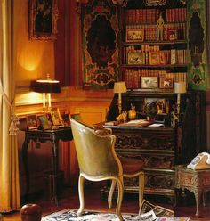 """""""The Duchess wrote her letters in the Boudoir at an 18th century Chinese-style lacquer secretaire..."""", Alfayed.com - Villa Windsor"""