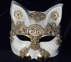 """Golden Cat - Gatto con decorazioni color oro SA06. Maschera """"gatto"""" realizzata a mano in cartapesta con foglia d'oro, pizzo macramè, cristalli Swarovski e tecnica della screpolatura (Craquelè)."""