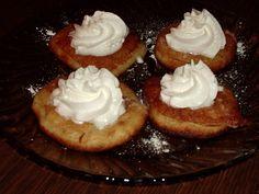 Do mixéru nalijeme mléko, přidáme vejce a na kousky nalámané banány. Rozmixujeme. Do mísy dáme mouku s práškem do pečiva. Přilijeme rozmixované… Cheesecake, Pie, Desserts, Food, Torte, Tailgate Desserts, Cake, Deserts, Cheesecakes