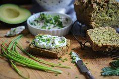 Avocado-Nussbrot mit Kräutercrème