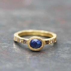 Bague Sentiment Saphir bleu or jaune 18k par Esther Assouline, exclusivement chez l'Atelier des Bijoux Créateurs.