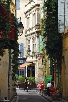 La rue des Arènes relie la place du forum aux Arènes. #detoursenfrance #suddelafrance #visitfrance #vacances #soleil