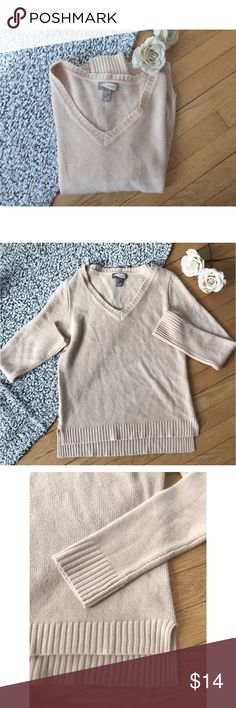 Pale pink V-neck sweater 💕 Simple and classic v neck sweater by forever 21 Pale pink / nude color  Moderate thickness New without tags- never worn  Size medium Forever 21 Sweaters V-Necks