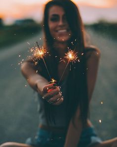 Love this picture Diwali Photography, Sparkler Photography, Fireworks Photography, Birthday Photography, 4th Of July Photography, Portrait Photography Poses, Photography Poses Women, Tumblr Photography, Light Photography