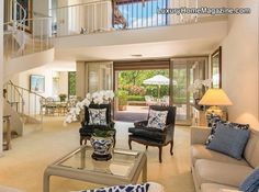 Located on the rim of Kapiolani Park, this rarely available La Pietra Circle townhouse offers the convenience of a Diamond Head lifestyle.