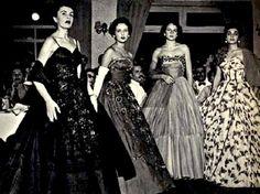 """Gilda Maria Ribeiro (1ª à esq.) e outras concorrentes na final do concurso Miss Elegante Bangu; em outubro de 1953. A foto está no capítulo Anos Dourados (1946-1960) e foi cedida ao livro """"História da Moda Brasil"""" por Gilda Prochownik"""