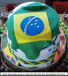 E em época de Copa do Mundo e mesmo em outros eventos esportivos um bolo que fica sempre muito bonito é com a bandeira do Brasil. Estes bolos podem ser feitos de várias maneiras, desde a campos de futebol, bolo com camisa da seleção brasileira e muitos outros tipos. As decorações para estes bolos também ...
