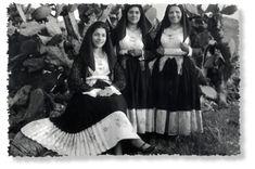 Donne in costume (foto Comune di Irgoli), Abbigliamento tradizionale della Sardegna.