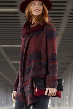 """Ein konstratreicher Hingucker - die Strickjacke """"Cloud"""" von Only überzeugt durch ihre angesagt Oversize-Passform und fantastischem Jacquard-Muster. Zudem ist ihr Grundton auch noch in Marsala gehalten, der Trendfarbe in diesem Herbst überhaupt."""