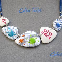 Le collier idée cadeau maîtresse d'école cahier d'écolier bleu,blanc et taches multicolores en pâte polymère