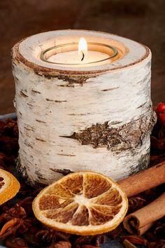 Jede Kerze is ein Unikat. Die Kerzenhalter der Familie Bachmann haben eine fantastische Wirkung. Es ist die pure Natur, die man sich mit ihnen ins Wohnzimmer holen kann. Jede Tischleuchte ist aus einem Birkenstamm hergestellt. Dadurch ist jedes Stück einzigartig. Einmal ist die Rinde eher weiß, das andere Mal mehr braun. Auch die Formen sind unterschiedlich. Nur die schönsten Stämme werden zu Teelichthaltern verarbeitet. Candle Jars, Candle Holders, Candles, Pumpkin Topiary, Tea Lights, Stuck, Hang In There, Decorating, Porta Velas