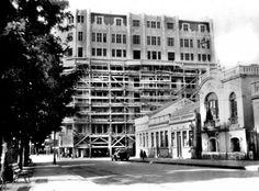 O Edifício Garcez, visto da Praça Osório. Aparece ainda cercado de andaimes no final da sua construção, no início da década de 1930.