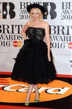 Kylie Minogue na Brit Awards Kylie Minogue, Brit Awards 2016, Dolce Gabbana, Pop Singers, Jouer, Red Carpet, Celebrity Style, Strapless Dress, Celebrities