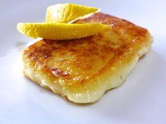 Υλικά  110-120 γρ. τυρί (γραβιέρα, κεφαλοτύρι)     50 γρ. αλεύρι  λάδι για το τηγάνισμα  1 λεμόνι  Εκτέλεση  Για να φτιάξετε αυτή τη συνταγή τυρί σαγανάκι, κόψτε ένα παραλληλόγραμμο κομμάτι τυρί περίπου 2 εκ. σε πάχος. Αν το κόψετε πιο λεπτό μπορεί να λιώσει στο τηγάνι. Βουτήξτε το τυρί μέσα σε κρύο νερό και στη συνέχεια περάστε το από το αλεύρι, ώστε να κολλήσει επάνω, και τινάξτε το για να φύγει το παραπανίσο αλεύρι. Kebab, French Toast, Breakfast, Recipes, Food, National Dish, Beef, Food Dinners, Meal