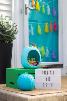 These DIY Halloween Pumpkin Decorating Ideas are perfect for everyone in your family. Get creative and make something fun this Halloween! Holidays Halloween, Halloween Diy, Halloween Decorations, Whimsical Halloween, Spooky Decor, Christmas Holidays, Teal Pumpkin Project, Pumpkin Decorating, Decorating Ideas
