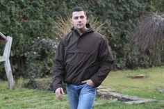 Na hrudi má bunda priestranné klokanie vrecko so zapínaním na zips a taktiež dve postranné vrecká na zips. Bunda je v hnedej farbe. http://www.armyoriginal.sk/2880/92676/bunda-windbreaker-hneda-surplus.html