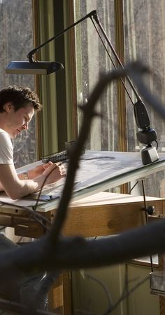 """Keanu Reeves as an architect in """"The Lake House"""". Beautiful view and a nice spot to sit and work. Lynn Collins, Keanu Reeves Sandra Bullock, Keanu Reeves John Wick, Haus Am See, Go To Movies, Celine Dion, Blake Lively, Jennifer Lopez, Picture Photo"""