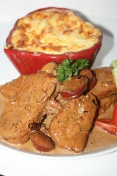 Smakrik gryta med fläskytterfile, stark korv och vitlök serverad med purjolöksgratäng