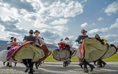 Néptánc Hungarian Dance, Everybody Dance Now, People Around The World, Around The Worlds, Costumes Around The World, Folk Clothing, Hungarian Embroidery, Heart Of Europe, Folk Dance