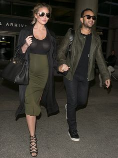 New trending story from People : 'We Back!' Pregnant Chrissy Teigen and John Legend Return from Vacation in Color-Coordinated Outfits. Chrissy Teigen Style, Chrissy Teigen John Legend, Justin Theroux, Pregnancy Outfits, Mom Outfits, Pregnancy Style, Pregnancy Fashion, Lily Aldridge, Jessica Biel