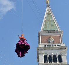 Complice una bella giornata,in 115 mila si sono accalcati in piazza San Marco a Venezia per non perdersi il Volo dell'Angelo che ha fatto entrare nel vivo il Carnevale.  © ANSA