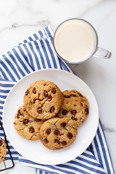 This recipe for chewy vegan chocolate chip cookies is easy to make and the cookies pair perfectly with a cold glass of non-dairy milk! Vegan Chocolate Chip Cookie Recipe, Chocolate Chip Cookie Dough, Gluten Free Cookies, Sugar Cookies, Vegan Gingerbread Cookies, Vegan Candies, Vegan Treats, Vegan Foods, Big Cookie