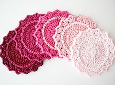 Make a beautiful set of ombre crochet coasters. Great crochet project for beginners. Full tutorial with step-by-step photography. Craft How To's & DIY,crochet,crochet board n knit,Crocheting small thin Crochet Potholders, Crochet Motifs, Crochet Doilies, Crochet Flowers, Crochet Diy, Crochet Home, Crochet Crafts, Crochet Projects, Diy Projects
