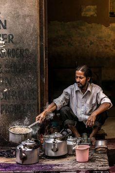 Photo by Serap Sabah - The Tea Man. Chai Wallah in Varanasi, India In This World, People Around The World, Around The Worlds, India Culture, Tea Culture, Masala Chai, Varanasi, Namaste, Amazing India