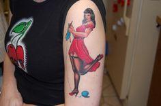 tattoos bilder ideen für tattoo oberarm strickende frau