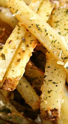 Garlic Parmesan Baked Steak Fries - put dill weed instead of parmesan Potato Dishes, Food Dishes, Vegetable Side Dishes, Vegetable Recipes, Great Recipes, Favorite Recipes, Healthy Meals, Healthy Recipes, Healthy Sides