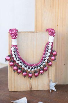 """Collar babero """"Be Happy"""" frambuesa y rosas. Exclusivo, hecho a mano"""