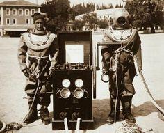 Eski İstanbul Camialtı Tersanesi'nde iki dalgıç (1890'lı yıllar. Beyoğlu)