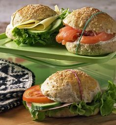 Saftige rundstykker med Kesam Norwegian Food, Norwegian Recipes, Indian Food Recipes, Ethnic Recipes, Food Items, Bread Baking, No Cook Meals, Salmon Burgers, Cravings