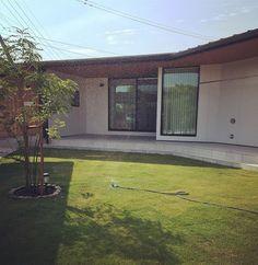 . 我が家もついに#スプリンクラー デビューしました . この暑さで 庭担当の夫もギブ。笑 . かなり楽になりそうー!! . . #お庭#庭#芝#芝生#シマトネリコ#平屋#タイルデッキ#くの字の家#日々#暮らし#おうち#田舎暮らし#マイホーム#マイホーム記録#housekuのキロク
