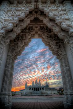 BAPS Shri Swaminarayan Hindu Mandir (Temple), dedicated to Lord Swaminarayan at sunset - Atlanta, USA Indian Architecture, Ancient Architecture, Famous Architecture, Hindu Mandir, Relaxation Pour Dormir, Hindu Temple, Temple India, Les Cascades, Meditation Music