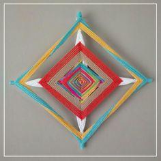 Medida: 30cm  Material: palitos de bambu e lã God's Eye Craft, Dream Catcher Mandala, Gods Eye, Cow Art, Thread Art, Mexican Party, Diy Home Crafts, Chrochet, Kite