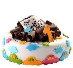 Dětský dort č. 18 Dětský dort obalovaný fondánem, o průměru 24, dozdoben fondánovými vykrajovanými autíčky, hoblinkami z čokolády a cedulkou s nápisem.
