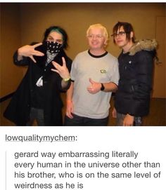 What's making me laugh is that Gee's putting up a west coast sign and he's from New Jersey. <<< Mikey looks so sad Emo Band Memes, Mcr Memes, Emo Bands, Music Bands, Music Stuff, My Music, My Chemical Romance Memes, Mikey Way, Black Parade