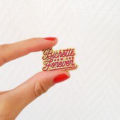 Pins émaillé Bichette Forever Les années 90 sont de retour : coucou les pins ! Destiné à toutes les bichettes (amies, copines, cousines, vous !), ce pins ira très bien sur votre veste en jean :) #annéescollège  INFORMATION PRODUIT :  • Matériel : contour en métal doré et couleur en émail (bordeaux) • Dimensions : 3 x 2,5 cm • Les pins Bichette Forever, sont emballés avec une carte dans une pochette plastique transparente, et envoyés dans une enveloppe à bulles et avec un numéro de suivi…