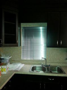 Persianas de aluminio es ideal para quienes buscan la fácil regulación de la cantidad de luz que entra en la estancia. Permite graduar la posición de las láminas para dejar pasar más o menos luz. Aporta un estilo moderno, ligero y joven. Solicita tu presupuesto a los tel 2613372 y el cel 6621810545 estamos a sus ordenes