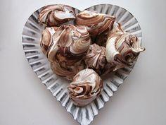 Suklaamarengit. Näitä pitää kokeilla joskus kun creme bruleestä jää valkuaiset yli :-)