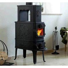 De #Morso 2B Classic is een rustieke #houthaard die de welbekende Morso eekhoorn en eikenbladeren heeft. Zo past het uiterlijk van de Morso 2B Classic in oude herenhuizen of boerderijen. Door de grote verbrandingskamer is het mogelijk om houtblokken van 45cm erin te stoken. #Fireplace #Fireplaces #Kampen #Houtkachel #Interieur