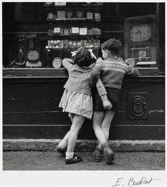 le temps où la vitrine de l'horloger faisait rêver !  Édouard Boubat - Montmartre, Paris, 1948