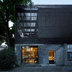Construído na 2015 na Xangai, ChinaO projeto é uma tentativa de retrospectiva, que se remonta à autenticidade arquitetônica fundamental. Desejamos integrar a nova casa com o terreno...