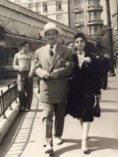 Taksim'de beyaz şapkalı bir adam ve genç bir kadın (1950'ler) #birzamanlar #istanlook #nostalji
