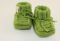 """Baby-Schuhe """"Oma Hilde"""" gestrickt  6-12 Monate von Strickarella auf DaWanda.com"""