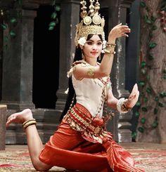 Traditional Khmer Dancing. So percise #khmer #khmergirl #khmergirls #khmertraditional #khmertradition #traveling #travelphotography #travel #travelling #travelpics #khmerdance #aroundtheworld #beautifulwomen #beauty #women by tamisia77