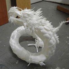 Dragão feito com  copinhos, colheres e garfinhos de plástico! Super perfeito!!!